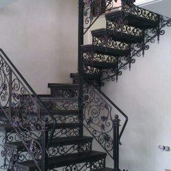 2. Лестницы кованые